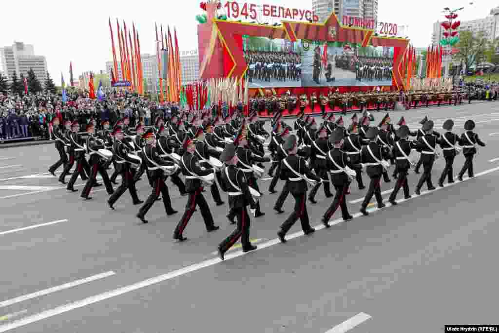 Сувораўцы па традыцыі адкрываюць парад