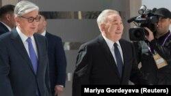 Бывший президент Казахстана Нурсултан Назарбаев и его ставленник, действующий президент Касым-Жомарт Токаев (слева).