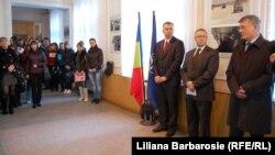 Ambasadorul Poloniei Bogumil Luft (dreapta), vorbindu-le studentilor despre NATO