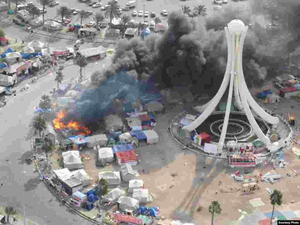 """Бермет аянтындагы окуялар. Ишкер Ник """"Азаттыкка"""" жиберген сүрөттөрдөн. Манама ш., Бахрейн. 16.03.2011. № 1-сүрөт. - 2011-жылдын 16-мартында Бахрейн падышалыгынын коопсуздук күчтөрү шийи араптар басымдуулук кылган демонстранттарды күч менен таркатты. Бермет аянтындагы окуялар. Ишкер Ник """"Азаттыкка"""" жиберген сүрөттөрдөн. Манама ш., Бахрейн. 16.03.2011. № 1-сүрөт."""