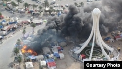 Безбедносните сили ги напаѓаат анти-владините демонстранти на Плошадот Бисер во центарот на Манама, главниот град на Бахреин на 16 март 2011 година.