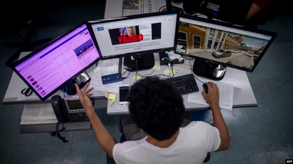 Sporne sadržaje će sve više da nadgledaju i takozvani fektčekeri (na fotografiji, septembar 2018.), osobe koje vrše proveru činjenica onlajn sadržaja.