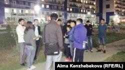 Жители жилых комлексов «Асыл Арман» и «Хантенгри», купившие квартиры в рассрочку, собрались на обсуждение своей проблемы. Алматы, 18 сентября 2015 года.
