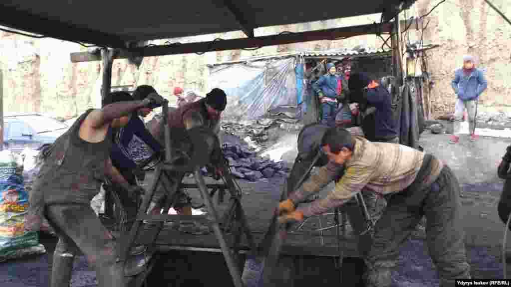 Добычей угля занимаются все работоспособные мужчины из соседних сел.