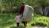 Саломат мегӯяд, шавҳараш барои таваллуди духтар ӯро тарк кард.