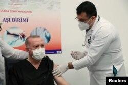 Ankara: președintele Turciei, Recep Tayyip Erdogan s-a vaccinat cu CoronaVac pe 14 ianuarie 2021.