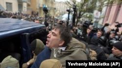 Сотрудники СБУ заталкивают Михаила Саакашвили в микроавтобус. Киев, 5 декабря 2017 года.