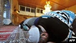 Мұсылман жамағатының өкілдері мешітте намазға жығылып жатыр. Германия, Фельклинген-Верден қаласы, 12 қаңтар 2010 жыл
