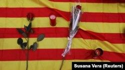 Lulet dhe qirinjtë janë vendosur në flamurin e Katalonisë në një pikë të përkujtimit për viktimat e sulmit terroriste në Barcelonë