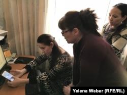 Общественники из объединения «Умит» показывают интернет-ресурс, где размещена вся информация о покупке синтетических наркотиков, Караганда.