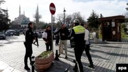Стамбул көшесіндегі полиция қызметкерлері. (Көрнекі сурет.)