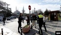 Полиция перекрывает Султанахмет, исторический район Стамбула, после теракта. 12 января 2016 года