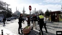 Полицейские блокируют район террористической атаки в Стамбуле в январе 2016