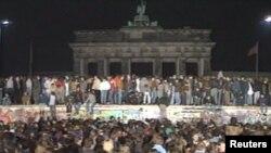 Повалення Берлінського муру у 1989 році (архівне фото)