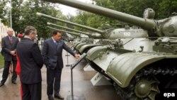 Архіўнае фота. Прэзыдэнт Вэнэсуэлы Уга Чавес (справа) аглядае адзін з танкаў у Ваеннай акадэміі Беларусі ў Менску, 25 ліпеня 2006 году