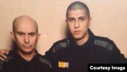 Заключенный ИК-5 Идрис Вачаев (слева)