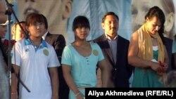 Казахстанские тяжелоатлетки Майя Манеза (слева), Зульфия Чиншанло (в центре) и Светлана Подобедова (справа). Талдыкорган, 15 августа 2012 года.