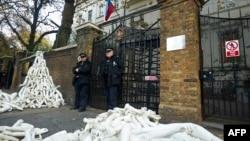 Русиянең Лондондагы илчелеге каршында сугшыка каршы протест чарасы