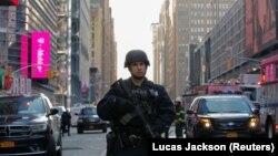 Сарбози пулиси ИМА дар саҳнаи таркиши рӯзи 12-уми декабр дар истгоҳи автобусҳои Ню-Йорк