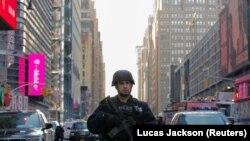 Нью-Йорк. Полицейский в районе, где произошел взрыв, 11 декабря 2017 года.