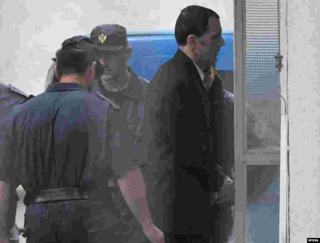 Šestorica optuženih za ratne zločine u logoru Morinj kraj Kotora proglašeni su krivim i osuđeni na ukupno 16 godina zatvora. Dolazak optuženog Spire Lucića na Viši sud u Podgorici, na izricanje presude,15.05.2010. Foto: Savo Prelević