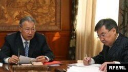 Қырғызстанның сол кездегі президенті Құрманбек Бакиев (сол жақта) және президент аппаратының бұрынғы жетекшісі Медет Садырқұлов. 2008 жыл.