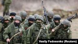 Російські військові неподалік Сімферополя, 5 березня 2014 року