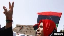 Триполи қаласындағы орталық алаңда тұрған әйел. Ливия, 2 қыркүйек 2011 ж.
