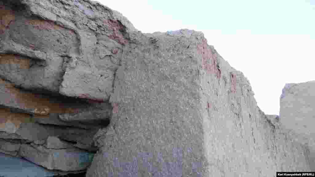 Так законсервировали найденную при археологических раскопках стену крепости.