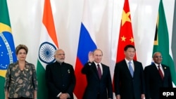 Turkey -- Brazil's President Dilma Rousseff (L), Indian Prime Minister Narendra Modi (2-L), Russian President Vladimir Putin (C), Chinese President Xi Jinping (2-R) and South African President Jacob Zuma (R) pose during a family photo during the BRICS le