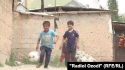 Кӯдакони ҷӯгӣ ҳангоми бозии футбол