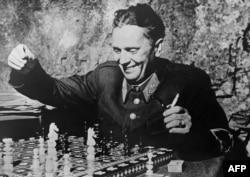 Маршал Иосип Броз Тито в перерыве между сражениями. Фото 1944 года