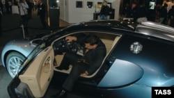 """""""Бугатти-Вайрон"""", один из самых дорогих автомобилей в мире на выставке """"Ярмарка миллионеров-2006"""" в Москве. 28 октября 2006 года."""