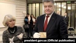 Президент України Петро Порошенко тримає в руках оригінал Конституції України авторства гетьмана Пилипа Орлика, архівне фото, Швеція, листопад 2016 року