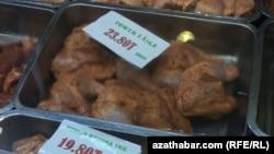 Полуфабрикаты из куриного мяса на прилавке ашхабадского магазина, январь, 2019.