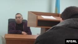 В зале петропавловского суда. Слева - судья Хайдар Кошенов.