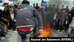 Protestuesit dogjën fotografinë e presidentit iranian, Mahmud Ahmadinexhad.