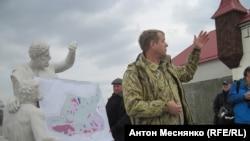 Олег Зубков демонстрирует журналистам недостроенный «Крымский Диснейленд»