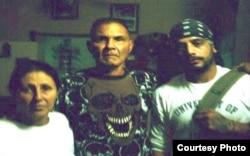 Бацькі палітвязьняў падчас візыту салідарнасьці гурта Los Aldeanos