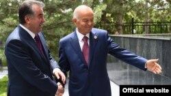 Тәжікстан президенті Эмомали Рахмон (сол жақта) мен Өзбекстан президенті Ислам Каримов. Ташкент, 23 маусым 2016 жыл.