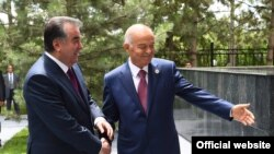 Президент Узбекистана Ислам Каримов (справа) приветствует прибывшего на саммит ШОС президента Таджикистана Эмомали Рахмона. Ташкент, 23 июня 2016 года.