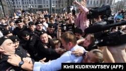 """Полицейские задерживают оппозиционера Навального на акции протеста """"Он нам не царь"""". Москва, 5 мая 2018 года."""