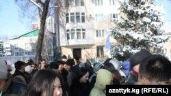 """""""Мегаком"""" компаниясынын эмгек жамааты мурдагы жетекчи Андрей Силичти колдоо акциясын өткөрдү. Бишкек, 16-март."""