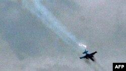 Российский истребитель обстреливает грузинские позиции у Цхинвали. 8 августа 2008