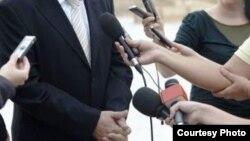 Репортери со микрофони