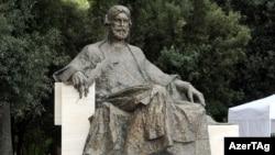 Romada Nizaminin heykəli