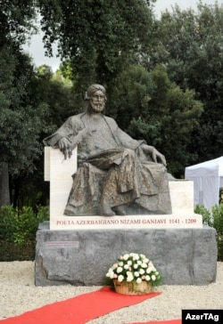 Nizaminin İtaliyada heykəli