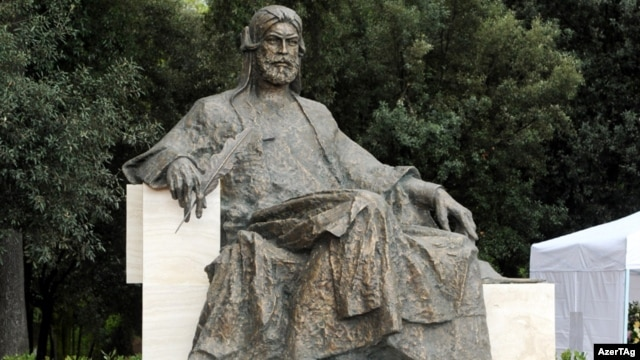 Nizami Gəncəvinin Romada heykəli