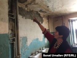 Кенже, жительница бывшего общежития по улице Гагарина, 36/4, показывает состояние общей кухни. Уральск, 24 марта 2018 года.