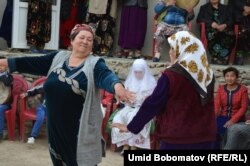 Үйлену тойында билеп жүрген әйелдер. Ошоба ауылы, Тәжікстан, сәуір, 2015 жыл.